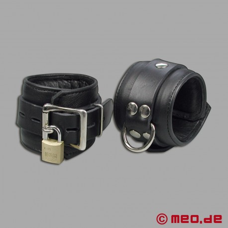 Abschließbare Bondage Lederhandfesseln