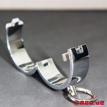 Handcuffs with magnetic closure