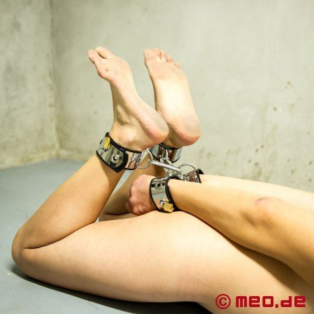 Made to play hard : attaches-chevilles de bondage