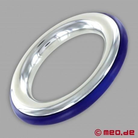 Anello fallico in acciaio inox con inserto in silicone blu di CAZZOMEO
