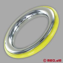 Anello fallico in acciaio inox con inserto in silicone giallo di CAZZOMEO