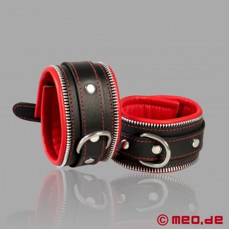 Polsini per caviglie in vera pelle di MEO® con dettagli in rosso