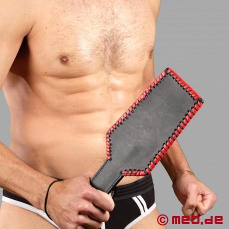 Paddle SM con dettagli eleganti in pelle nera e rossa